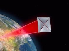 """Un fotogramma del video di presentazione di Breakthrough Starshot mostra la """"vela"""" spinta dai raggi laser verso gli spazi interstellari."""