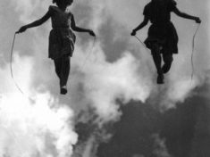 Amore e Solitudine: due antiche sorelle che si abbracciano l'un l'altra