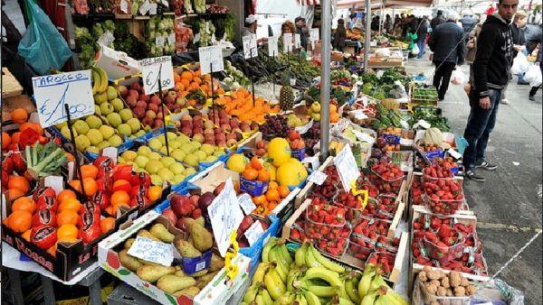 Quattro tonnellate di cibo perfetto ma da buttare via raccolto e donato ai poveri