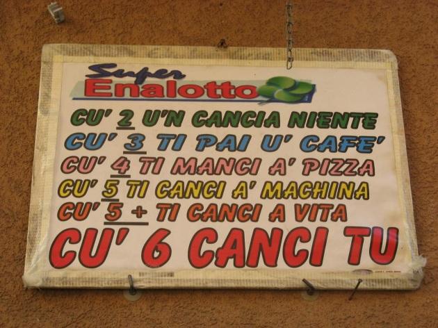 La guida al superenalotto sulle strade di Napoli.