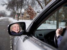 Sue Johnson, 73 anni, autista per Uber a Minneapolis.|JENN ACKERMAN/THE NEW YORK TIMES/CONTRASTO