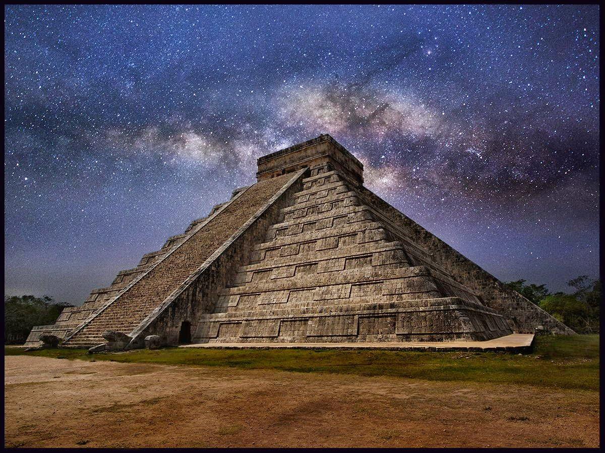 la piramide di Chichèn itzà, in Messico con alle spalle