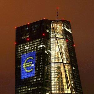 Bce: prosegue la ripresa, ma segnali scarsi dall'inflazione