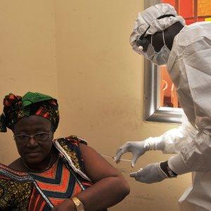 """Oms: """"Vaccino contro l'Ebola efficace al 100 per cento"""""""