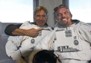 Alla cerimonia di presentazione della nuova navetta di Virgin Galactic non poteva mancare Harrison Ford. L'attore, come nei panni di Han Solo, in Guerre Stellari, è salito a bordo della SpaceShip two e si è lasciato fotografare dietro una sagoma di cartone a forma di astronauta, accanto a quella del fondatore di Virgin Group Richard Branson.