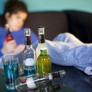 Alcool, bere troppo da adolescenti riduce la materia grigia