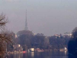 Chi vive vicino al traffico e nello smog rischia danni al cervello