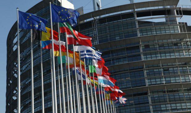 Strasburgo, le Bandiere delle nazioni appartenenti alla unione europea EU sventolano davanti all' entrata del parlamento europeo. Michele Tantussi / AGF