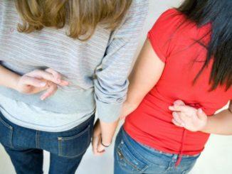 Incrociare le dita è uno dei gesti scaramantici più comuni.|IPA