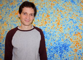 Vincent Vennin, ricercatore all'Institute of Cosmology and Gravitationdell'università di Portsmouth (UK), primo autore dello studio pubblicato su Physical Review Letters. Sullo sfondo, la mappa della CMB di Planck
