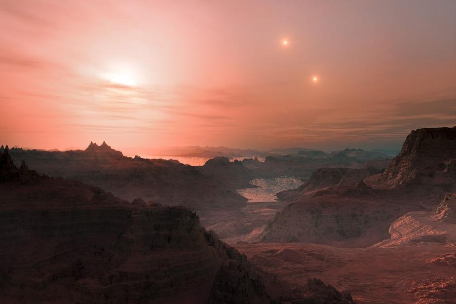 GLIESE 667CC (ESI=0.85). Scoperto nel 2011 attorno a una nana rossa situata a 24 anni luce dalla Terra, si trova compreso in un sistema di stelle triplo (reso bene in questa illustrazione) e ha una massa stimata di 3,8 masse terrestri. Con un periodo orbitale di 28 giorni, si trova nella zona abitabile della sua stella e ha forse una temperatura di 0 °C. Non se ne conosce il raggio, perché non transita davanti alla sua stella. La sua presenza è stata trovata con il metodo delle velocità radiali, cioè misurando i piccoli movimenti che la stella compie in risposta all'attrazione gravitazionale del pianeta.| . ESO/L.CALÇADA/WIKIMEDIA, CC BY-ND