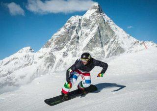 Snowboard Con lo Snowboard lavorano praticamente tutti i muscoli e anzi si scopre di averne alcuni di cui non ci si era mai accorti perché stare in equilibrio sulla tavola è molto impegnativo. Quadricipiti, muscoli posteriori della coscia e glutei lavorano sodo per rimanere in piedi sulla tavola mentre i muscoli della parte superiore del corpo entrano in gioco per rialzarsi dopo una caduta. Calorie bruciate per ora: 273 per una donna di 55 chili o 340 per una donna di 65-68 chili. La maggior parte degli sport invernali richiedono un impegno cardiovascolare elevato che mantiene alto il metabolismo anche alla fine dell'attività ed aiutano a bruciare calorie con il piacere di stare sulla neve. Un valore aggiunto non da poco soprattutto quando si vogliono smaltire i chili accumulati durante le feste. Ecco sette sport invernali e il loro dispendio energetico medio calcolato in base al peso delle donne