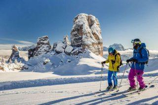 """Sci alpino Con questa disciplina lavora il cosiddetto """"core"""" cioè addominali e muscoli stabilizzatori della schiena. Ma sono coinvolti naturalmente anche gli arti inferiori: interno ed esterno cosce, i polpacci, quadricipiti e glutei. Inoltre, migliora l'equilibrio, la resistenza e l'umore. Calorie bruciate per ora: 273 per una donna di 55 chili o 340 per una donna di 65-68 chili. La maggior parte degli sport invernali richiedono un impegno cardiovascolare elevato che mantiene alto il metabolismo anche alla fine dell'attività ed aiutano a bruciare calorie con il piacere di stare sulla neve. Un valore aggiunto non da poco soprattutto quando si vogliono smaltire i chili accumulati durante le feste. Ecco sette sport invernali e il loro dispendio energetico medio calcolato in base al peso delle donne"""