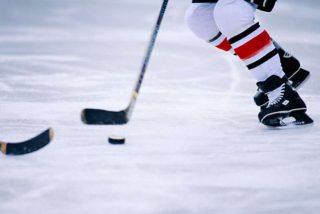 """[x] Hockey su ghiaccio Chi pratica hockey su ghiaccio deve essere in grado di eseguire movimenti rapidi, deve possedere una buona dose di equilibrio sui pattini tenendo conto del peso dell'attrezzatura che indossa. I continui """"stop and go"""" rendono questo sport un allenamento di Interval training ad alta intensità che fa aumentare il metabolismo anche quando il gioco è finito. Calorie bruciate per ora: 436 per una donna di 55 chili o 544 per una donna di 65-68 chili."""