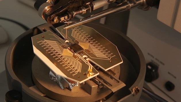 Un prototipo del nucleo fondamentale del computer quantistico proposto.|ION QUANTUM TECHNOLOGY GROUP, UNIV. SUSSEX
