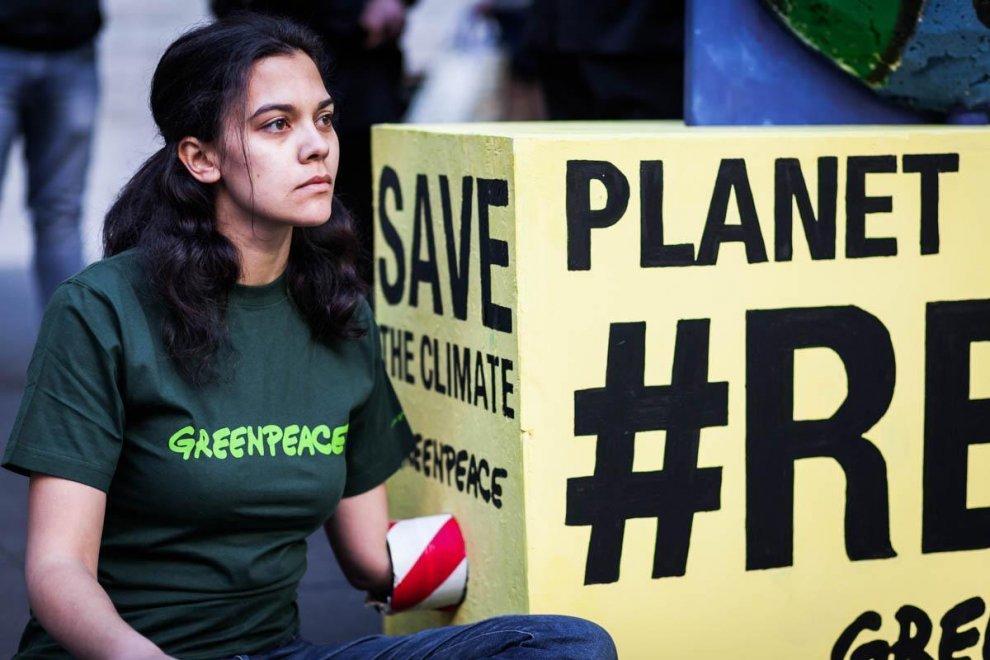 """La protesta pacifica di Greenpeace durante il G7 Energia a Roma. Gli attivisti hanno consegnato ai ministri delle sette grandi potenze mondiali un gigantesco termometro, simbolo della temperatura del Pianeta che continua a salire. Per ricordato ''quanto sia importante rispettare gli impegni presi alla Conferenza sul Clima di Parigi, chiedendo inoltre di isolare le posizioni negazioniste e anti-scientifiche della nuova amministrazione Trump"""". L'incontro tra i ministri dell'energia si è concluso con una mancata dichiarazione congiunta: a frenare sono stati proprio gli Stati Uniti. ''Con l'esclusione degli Usa - ha spiegato il ministro per lo Sviluppo economico Carlo Calenda - è stato confermato da parte dei membri del G7 e dall'Unione Europea """"l'impegno a implementare l'accordo di Parigi sul clima, che rimane forte e deciso"""". L'ARTICOLO"""