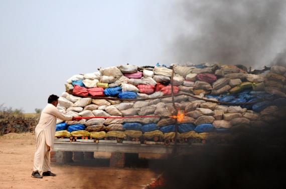 121 tonnellate di droga tra cui eroina, oppio, hashish e morfina bruciate in una città del Pakistan per simboleggiare la lotta al traffico di droga. Il legame tra guerre e stupefacenti è soprattutto economico: lo smercio illegale serve spesso a finanziare il traffico d'armi. | XINHUA/AHMAD KAMAL
