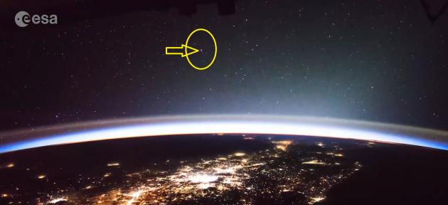 Nel riquadro giallo la luce che nel video (qui sotto) si vede muoversi nel cielo.|ESA