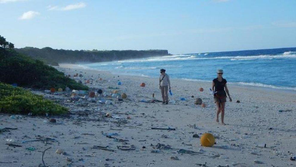 Nel pacifico intere isole, ex incontaminate, ricoperte di plastica