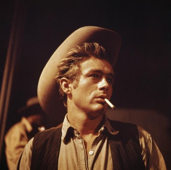 """James Dean in una scena de """"Il Gigante"""", film del 1956. Durante il finale delle riprese l'attore venne a mancare. In quel periodo era comune e realistico, vedere gli attori con una sigaretta in bocca."""