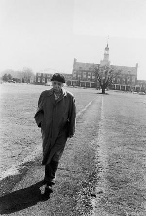 Albert Einstein nel campus dell'università di Princeton, dopo la consueta passeggiata mattutina.