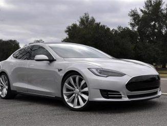 Tesla, la macchina elettrica a guida con il tablet, in giro per Milano