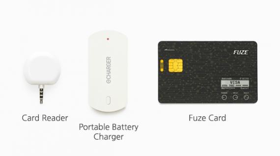 Fuze Card viene venduta con un lettore di carte di credito e un caricabatterie. In basso a destra i pulsanti per passare da una carta di credito (o bancomat) all'altra e il piccolo monito che mostra il tipo di carta in uso (o il codice a barre quando serve). | FUZE CARD