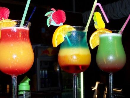 Tre ragazze californiane inventano una cannuccia che cambia colore in presenza di droghe nel drink