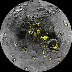 Il polo nord di Mercurio: in giallo i crateri che potrebbero conservare ghiaccio d'acqua.