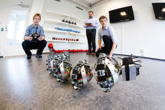 I ricercatori del SINTEF insieme a Wheeko, il serpente robot sviluppato in collaborazione con il Center for Interdisciplinary Research in Space (CIRiS), e il Norwegian Space Center (NSC). | SINTEF/THOR NIELSEN