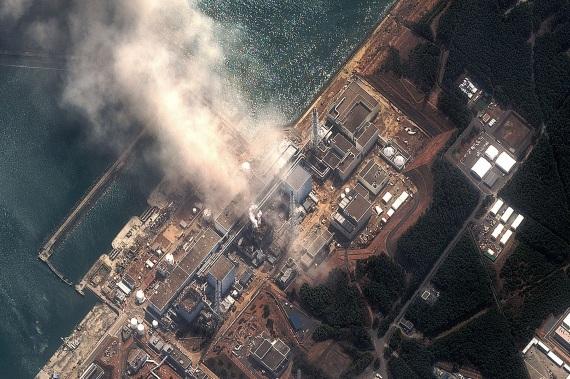 Una ripresa aerea dei fumi che salgono dalla centrale nucleare di Fukushima prodotti dalle esplosioni avvenute all'interno di alcune Unità