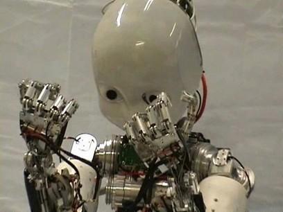 Il robot bambino impara a conoscere il proprio corpo