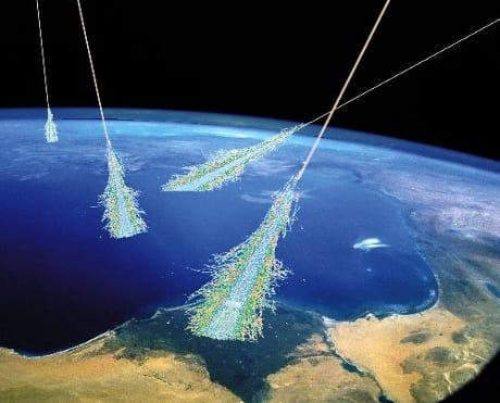 Quando i raggi cosmici si scontrano con gli atomi dell'atmosfera generano una cascata di nuove particelle. (Cortesia Simon Swordy/U. Chicago/ NASA)