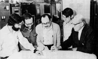 Jerry Ehman (al centro) insieme ai suoi colleghi del Big Ear Radio Observatory esaminano i dati. Crediti: www.bigear.org