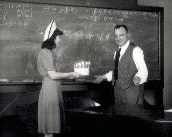 Wolfgang Pauli a Princeton (USA) il giorno del suo quarantacinquesimo compleanno, il 25 aprile 1945.
