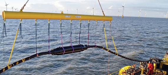 """Un cavo mentre viene posato dalla nave """"posacavi"""". Un robot sul fondale controlla e corregge il posizionamento grazie al GPS."""
