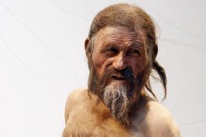 """Anche la mummia Oetzi (uomo del Similaun), ritrovata nel 1991, era tatuata: ma più che una funzione decorativa, per gli studiosi, i segni trovati sul suo corpo erano dovuti ad alcune terapie """"mediche"""" che aveva subìto. (Per saperne di più)."""