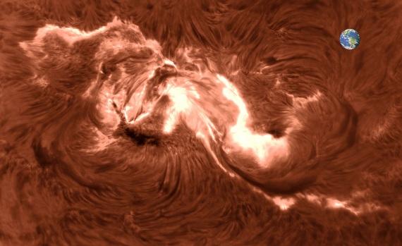 L'astrofotografo Philippe Tosi ha catturato la seconda eruzione dalla macchia solare AR2673 nel pieno della potenza; in alto, il paragone con le dimensioni della Terra.