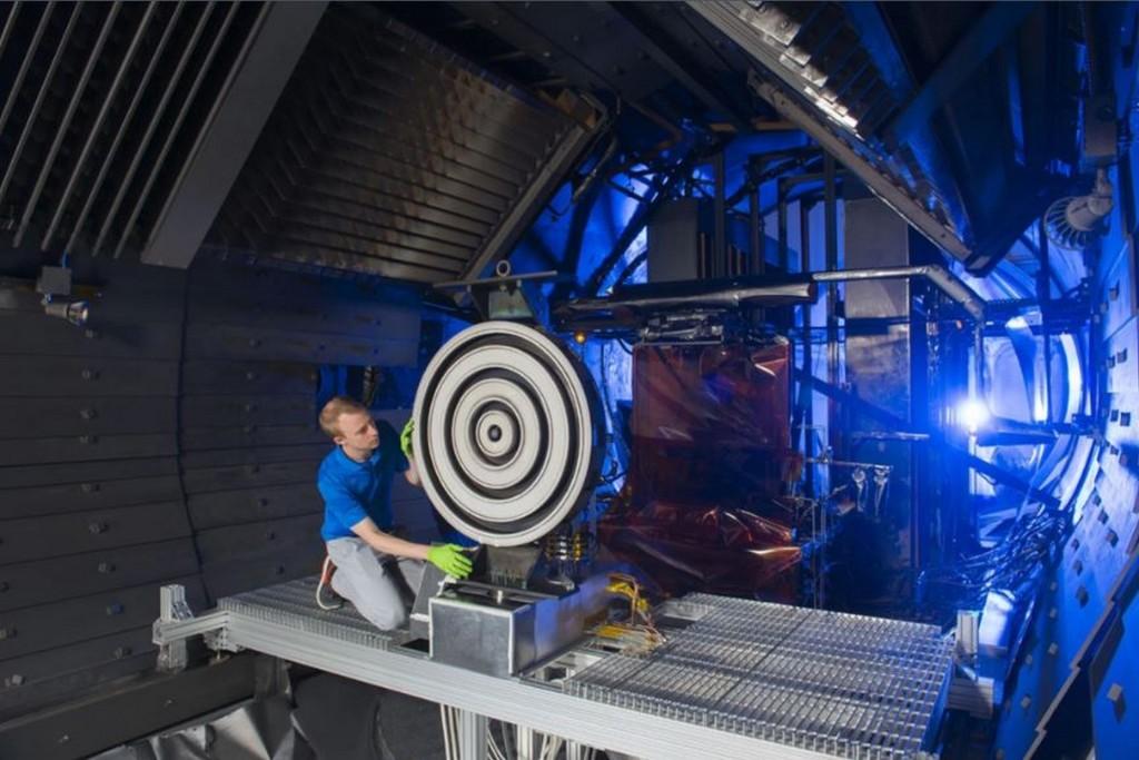 Il ricercatore Scott Hall lavora all'X3 all'Università del Michigan prima del test. Crediti: NASA