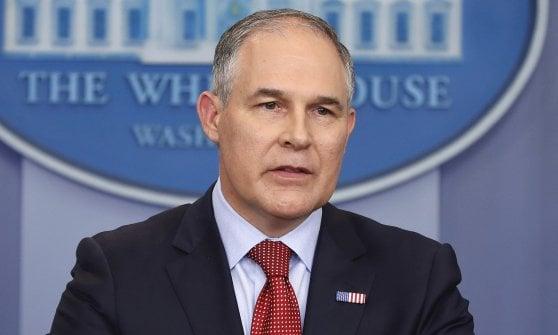 """Clima, Trump cancella Obama sulle emissioni inquinanti: """"La guerra del carbone è finita"""""""