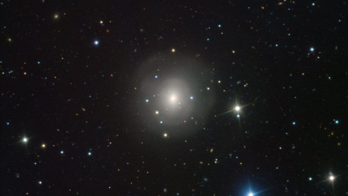 L'immagine dal telescopio VLT dell'ESO, sul monte Paranal, in Cile, mostra la galassia NCG 4993 - in cui sono stati osservati gli eventi descritti. | ESO/A.J. LEVAN/N.R. TANVIR