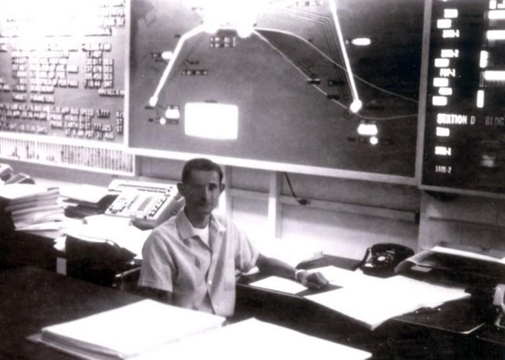 Minovitch nella sala di controllo della missione Mariner 2 presso il JPL nell'agosto 1962. Il computer IBM 7090 su cui eseguiva i suoi test si trovava in una sala adiacente