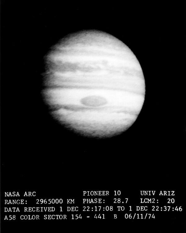 Giove ripreso dal Pioneer 10 da una distanza di 2.695.000 km il 1° dicembre 1974. Il fly-by di Giove da parte del Pioneer 10, avvenuto il 3 dicembre 1974, fu il primo assist gravitazionale nella storia dell'esplorazione spaziale. Credit: NASA