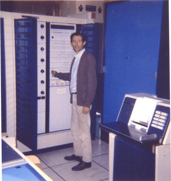 Minovitch nel 1971 accanto a un velocissimo (per l'epoca) computer CDC 3300 presso il Lawrence Livermore Laboratory