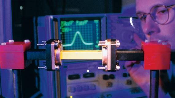 Un esperimento di propagazione della luce a velocità 4,7 volte superiore rispetto a quella nel vuoto (ma senza violare la relatività di Einsein), un fenomeno reso possibile dalla propagazione attraverso una barriera energetica (effetto tunnel).