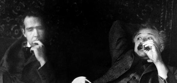 """Niels Bohr e Albert Einstein, due padri della teoria. Fu in una delle loro discussioni sul significato fisico della meccanica quantistica che Einstein pronunciò la nota frase: """"Dio non gioca a dadi"""". Bohr confutò brillantemente tutte le critiche di Einstein, che però non si convinse mai fino in fondo della natura probabilistica del mondo quantistico."""