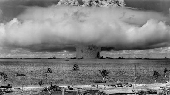 """Test nucleari nell'Atollo Bikini, nelle Isole Marshall, durante l'operazione """"Castle Bravo"""".E se una bomba H esplodesse nel Pacifico?"""