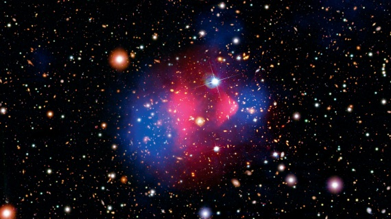 L'ammasso di galassie Bullet Cluster, a 4,5 miliardi di anni luce. In blu, dove si troverebbe la materia oscura.