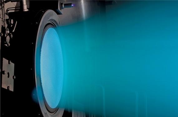 """Un propulsore studiato dalla Nasa, che sfrutta particelle cariche (ioni) e campi magnetici per ottenere la spinta. In effetti alcune sonde, come Dawn della Nasa, che ha esplorato i pianetini Vesta e Cerere, hanno a bordo un motore a ioni usato per eseguire piccole manovre. Ma anche versioni """"turbo"""" di questa tecnologia sarebbero insufficienti per viaggi interstellari (ma sarebbero efficientissime per andare su Marte)."""