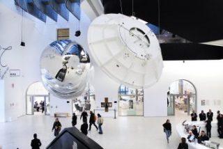 """Aeroke di Tomás Saraceno e modello dell'antenna Cassini nell'allestimento al Maxxi in occasione della mostra """"Gravity. Immaginare l'Universo dopo Einstein"""". Crediti: Cecilia Fiorenza, courtesy Fondazione Maxxi"""